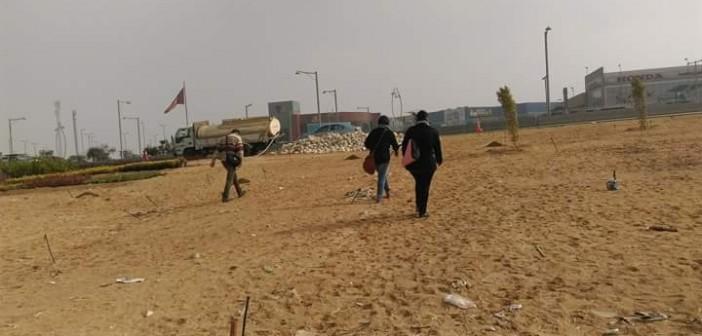 10 صور.. مواطن يرصد رحلة عبور «طريق الموت» أمام كايرو فستيفال: «عمرنا مش لعبة»