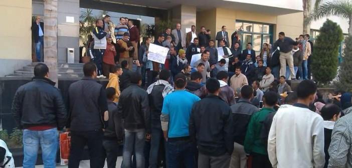 بالصور.. وقفة احتجاجية لعمال 4 إدارات بمدينة الرحاب بعد فصل زملائهم