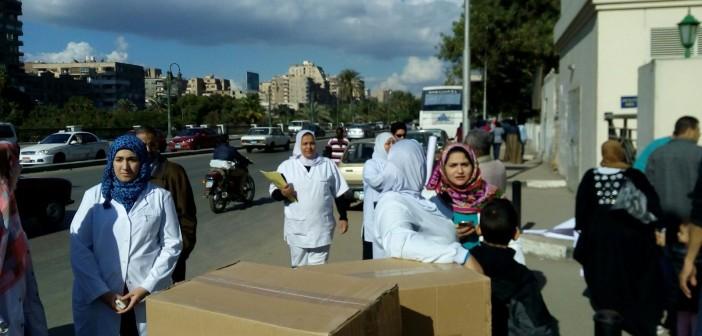 بالصور.. وقفة احتجاجية للعاملين في «هرمل» ضد مدير المستشفى الجديد