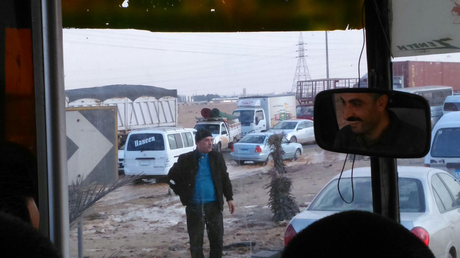 بالصور.. انفجار ماسورة مياه على طريق بلبيس ـ العاشر يعرقل حركة المرور