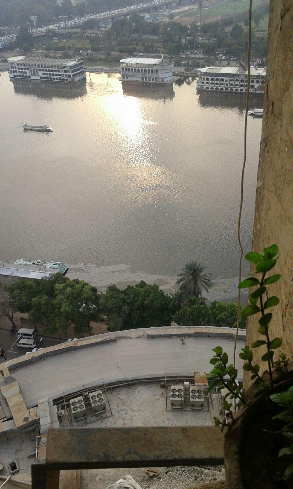 بالصورة.. كارثة.. الأتوبيسات النهرية تلوث نهر النيل بكميات كبيرة من الزيت