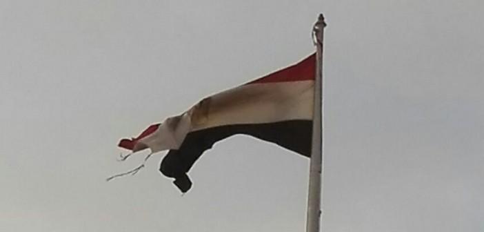 📷| صورة.. تمزق علم مصر في ميدان التحرير