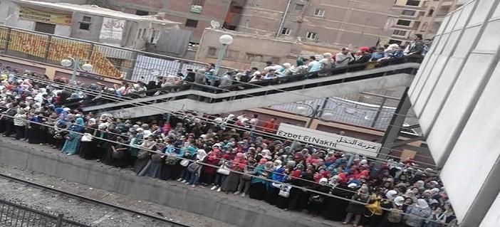 بالصور.. 5 دقائق تفرق.. زحام محطة عزبة النخل حينما يتأخر المترو