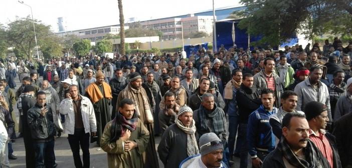 📷| بعد 72 ساعة اعتصام.. عمال ألومنيوم نجع حمادي يدخلون في إضراب جزئي