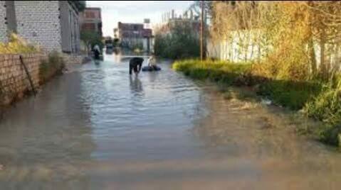 بالصور.. غرق «أبو تلات» بالإسكندرية في الأمطار.. والمياه تخترق البيوت