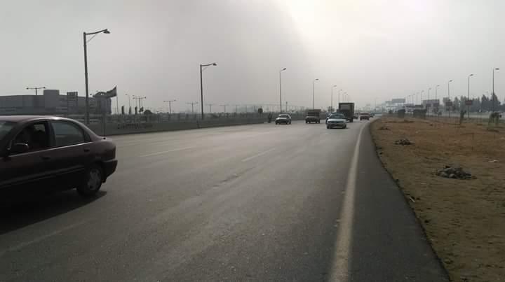 مواطن يرصد رحلة عبور «طريق الموت» أمام كايرو فستيفال