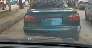 سيارة مخالفة دون لوحات معدنية في ميدان القومية بالزقازيق