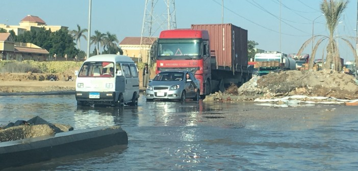 بالصور.. انفجار ماسورة مياه يعرقل المرور على طريق وصلة دهشور
