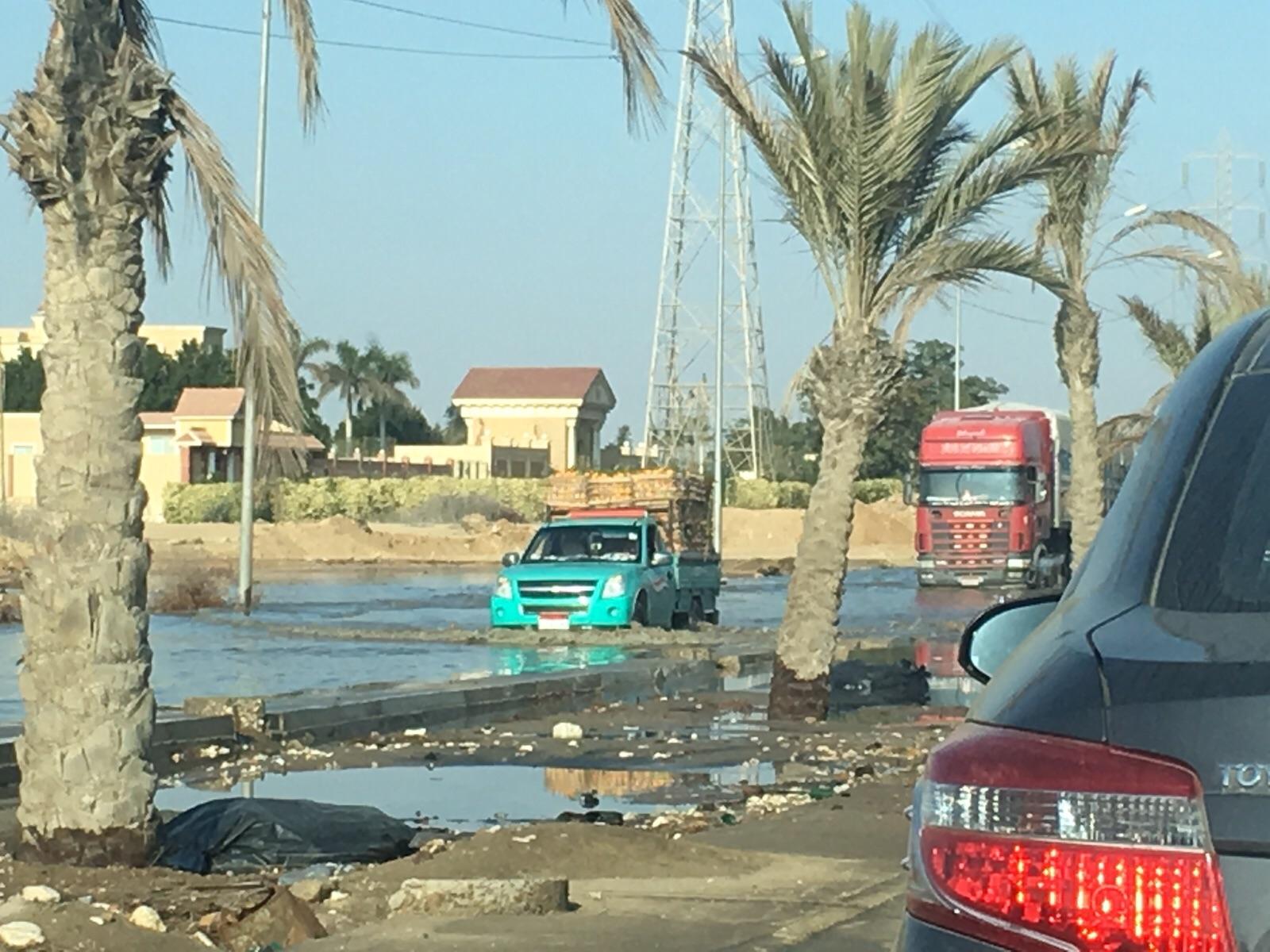 انفجار ماسورة مياه يعرقل المرور على وصلة دهشور أمام بيڤرلي هيلز