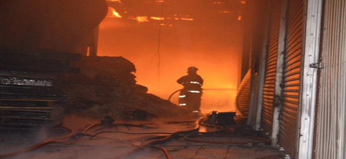 🔴 بالصور.. اندلاع حريق هائل في منطقة الشويخ الصناعية بالكويت
