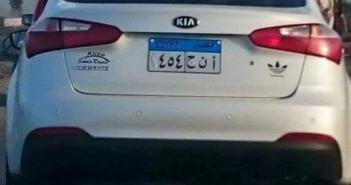 صورة.. دون إيقافها.. سيارة مخالفة تلاعب صاحبها في لوحتها المعدنية