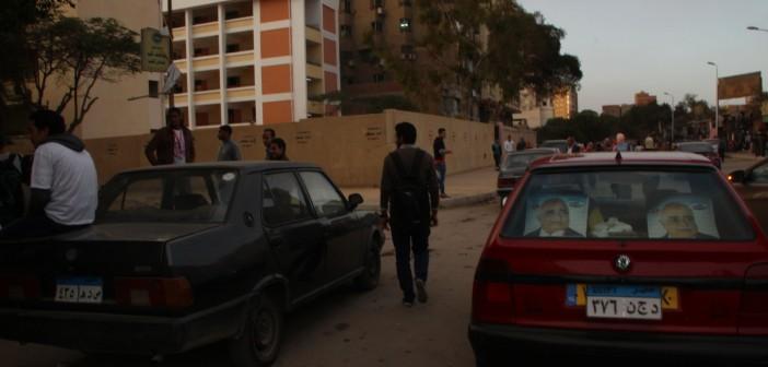 📷| بالصور.. دعاية انتخابية أمام لجان التصويت بدائرة حلوان.. وضعف الإقبال