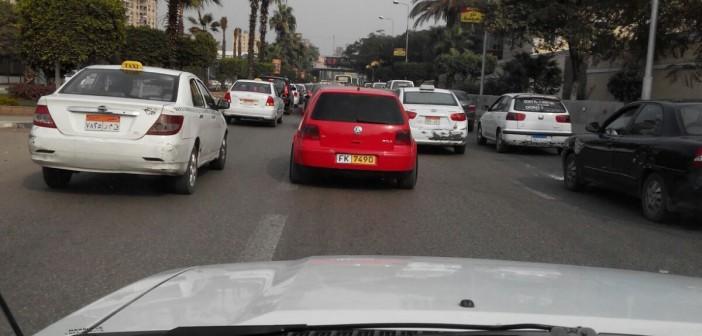 بالصور.. بدون لوحات وزجاج فاميه.. سيارة تتحرك بحرية في شوارع القاهرة