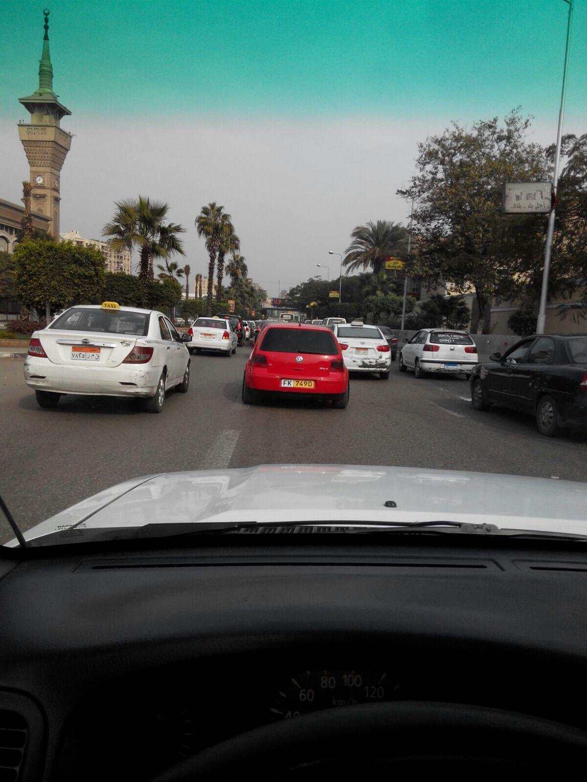 بدون لوحات وزجاج فاميه.. سيارة تتحرك بحرية في شوارع القاهرة