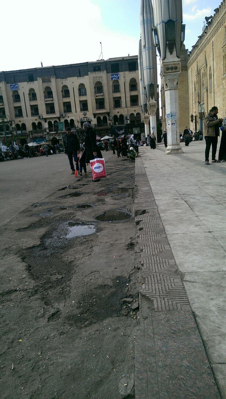 حفر وبرك مياه أمام مسجد الحسين