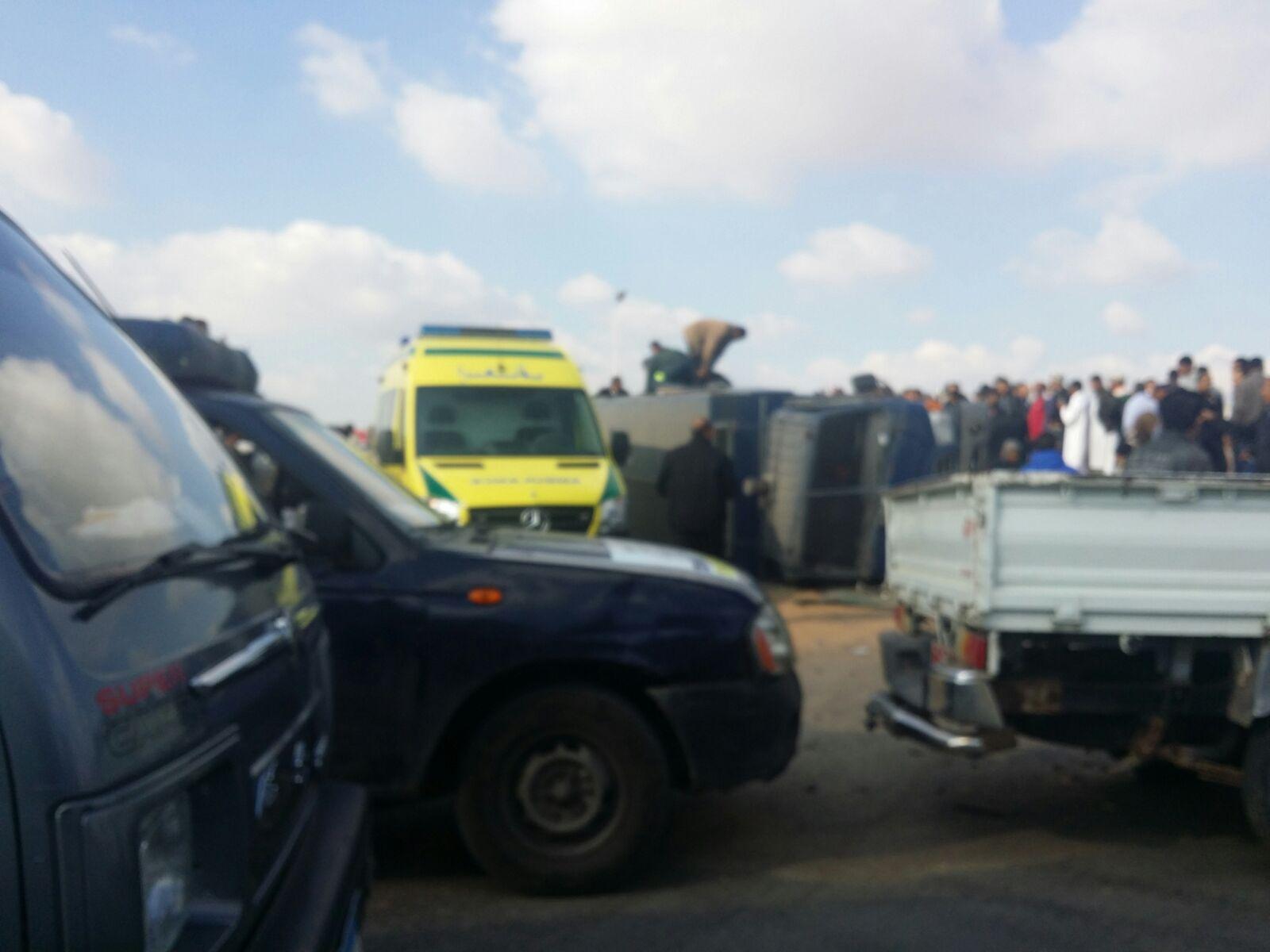 انقلاب سيارة شرطة مُحملة بالجنود بالإسماعيلية