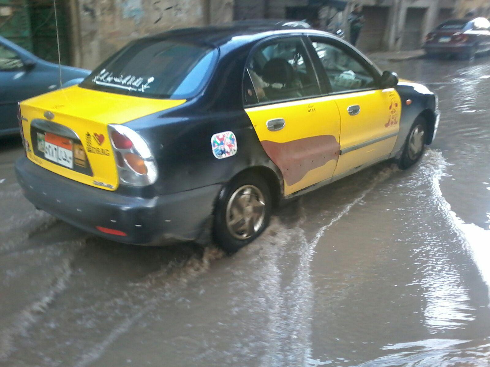 أمطار غزيرة تغرق شوارع في محرم بك بالإسكندرية