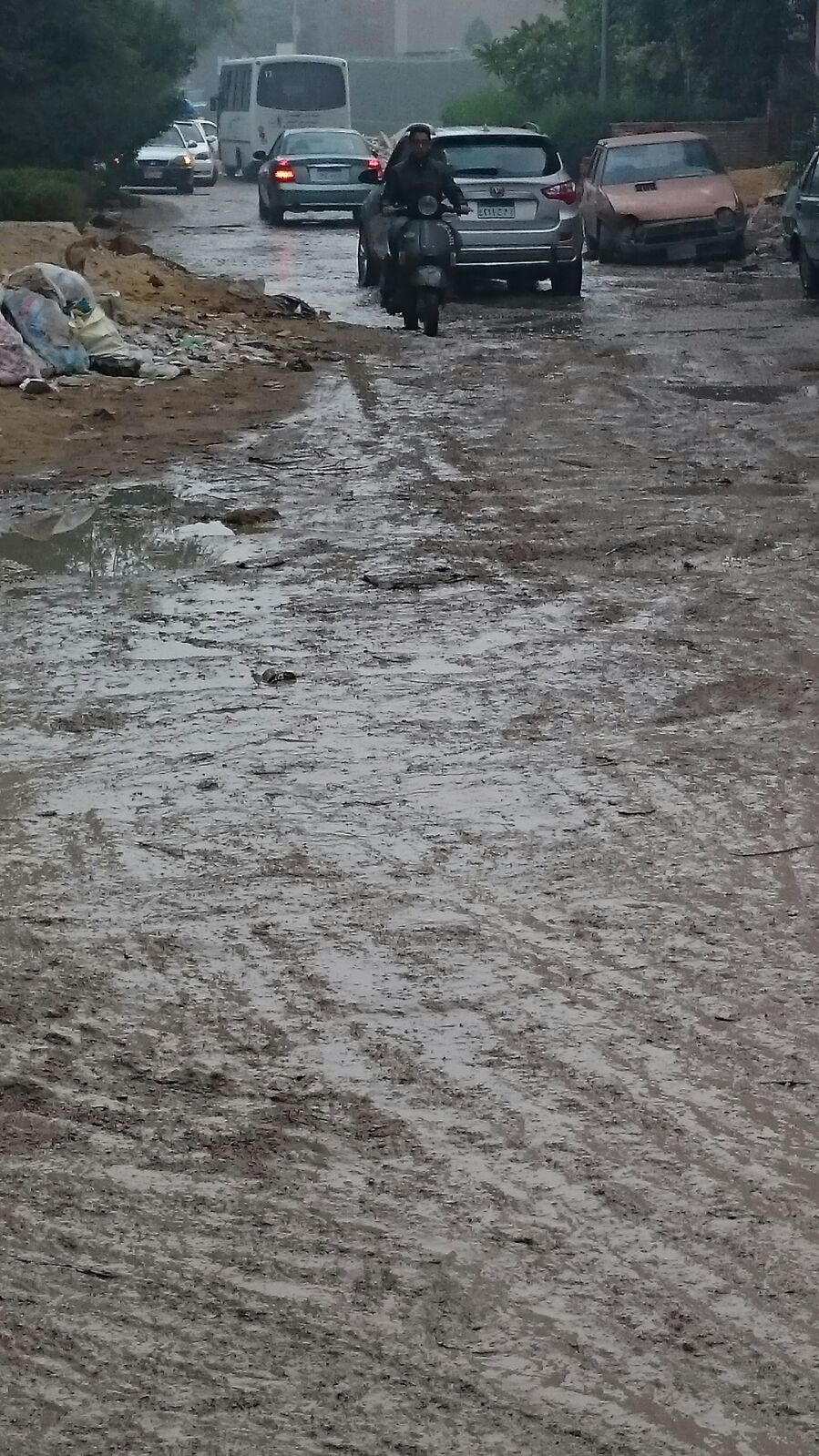 انتشار مخلفات البناء والقمامة وطفح الصرف بمنطقة التعاون بالجيزة