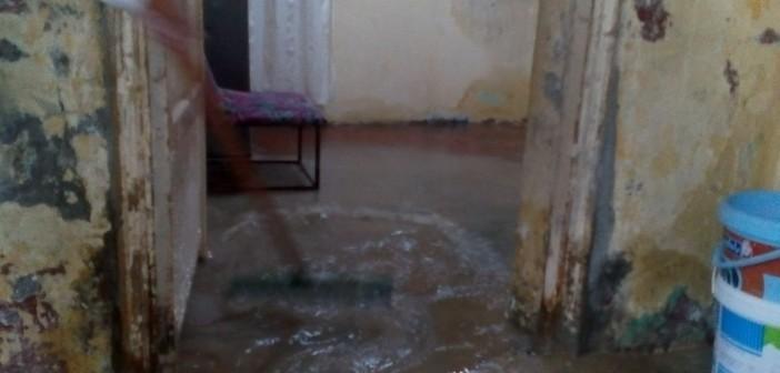 ▶| بالصور والفيديو.. المياه تهدد بانهيار عقار في المطرية