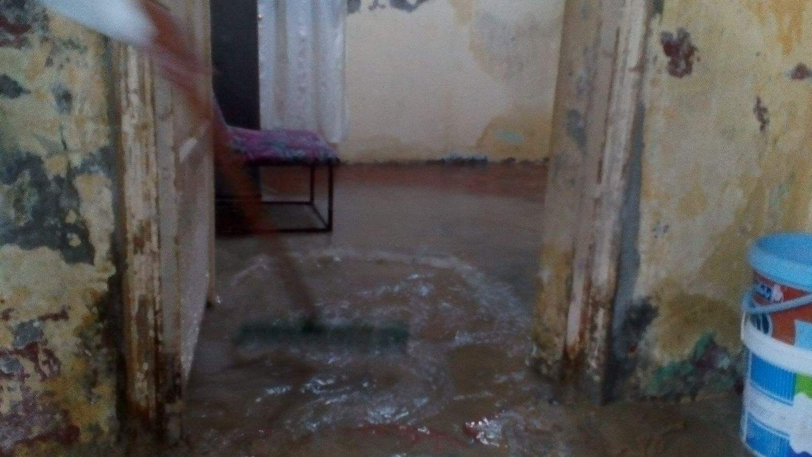 المياه تهدد بانهيار منزل في المطرية