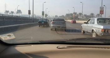سيارة تحمل لوحات معدنية مخالفة