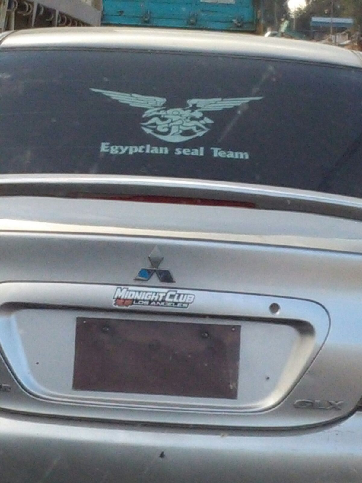 سيارة دون لوحات معدنية على طريق مصر ـ الإسكندرية الزراعي