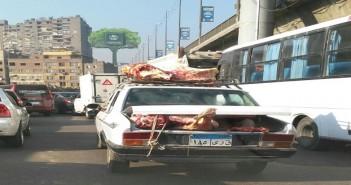 لحوم معرضة للشمس والهواء على ظهر سيارات بالقاهرة