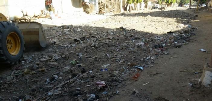 بالصور.. مواطنون يشكون ردم شارع بقرية المنوفية بالمخلفات والزجاج