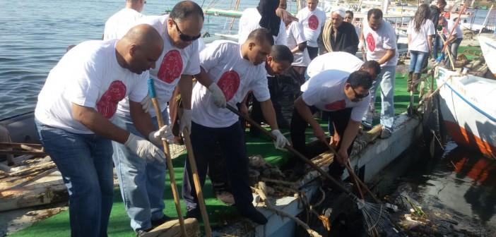 بالصور.. حملة لتنظيف نهر النيل بالأقصر من مخلفات الفنادق والبواخر العائمة