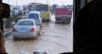 انفجار ماسورة مياه على طريق بلبيس ـ العاشر يعرقل حركة المرور