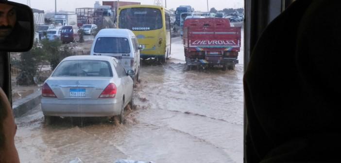 ⚠ بالصور.. انفجار ماسورة مياه بطريق بلبيس ـ العاشر يعرقل حركة المرور