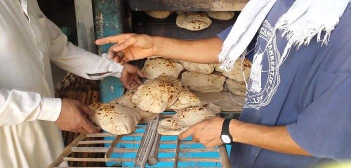 فيديو.. مخبز بالزقازيق يُسرب الخبز تزامنا مع تزاحم المواطنين أمامه