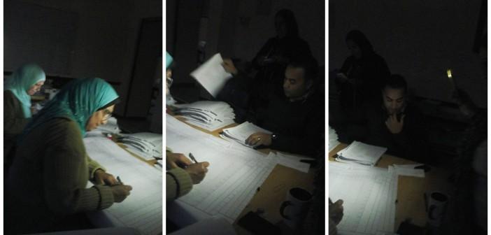 بالصور.. على ضوء الهواتف.. تصحيح الامتحانات في مدرسة دون كهرباء بـ 6 أكتوبر