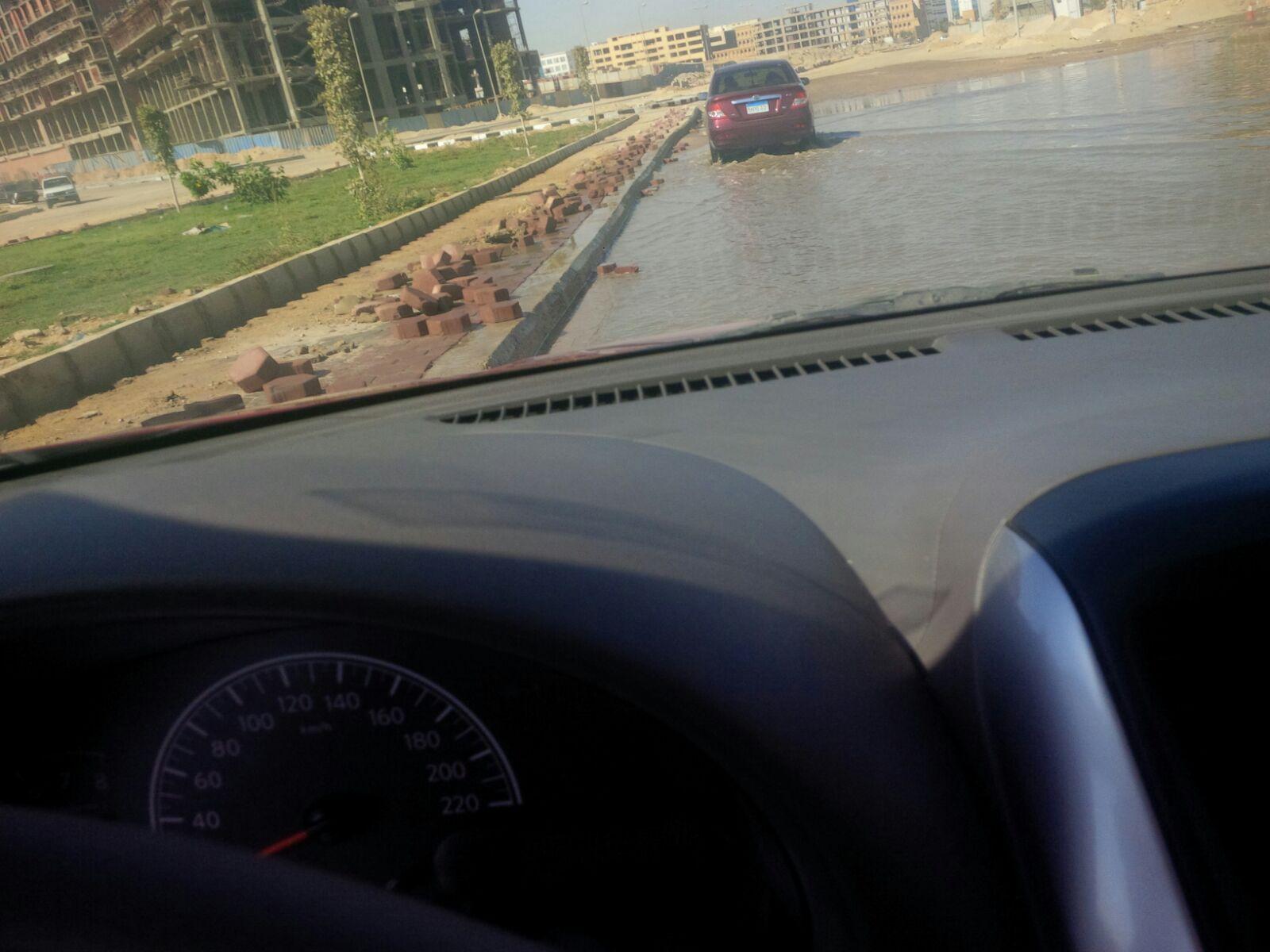 انفجار ماسورة مياه بشارع التسعين وسط تجاهل المسؤولين