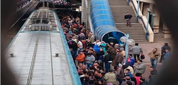 بالفيديو.. لحظة تعطل مترو الخط الأول بمحطة السيدة زينب.. وركاب: «بنموت»