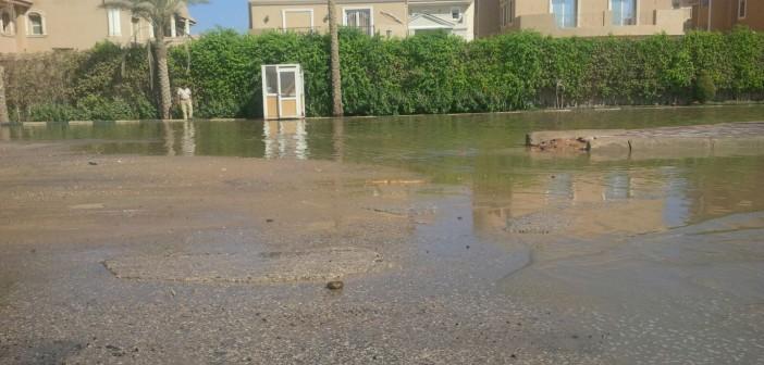بالصور.. انفجار ماسورة مياه بشارع التسعين وسط تجاهل المسؤولين