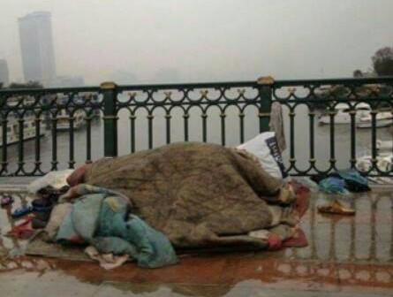 📷 #كافح_البرد.. أسرة بلا مأوى تواجه الأمطار وبردوة الجو على كوبري الجلاء
