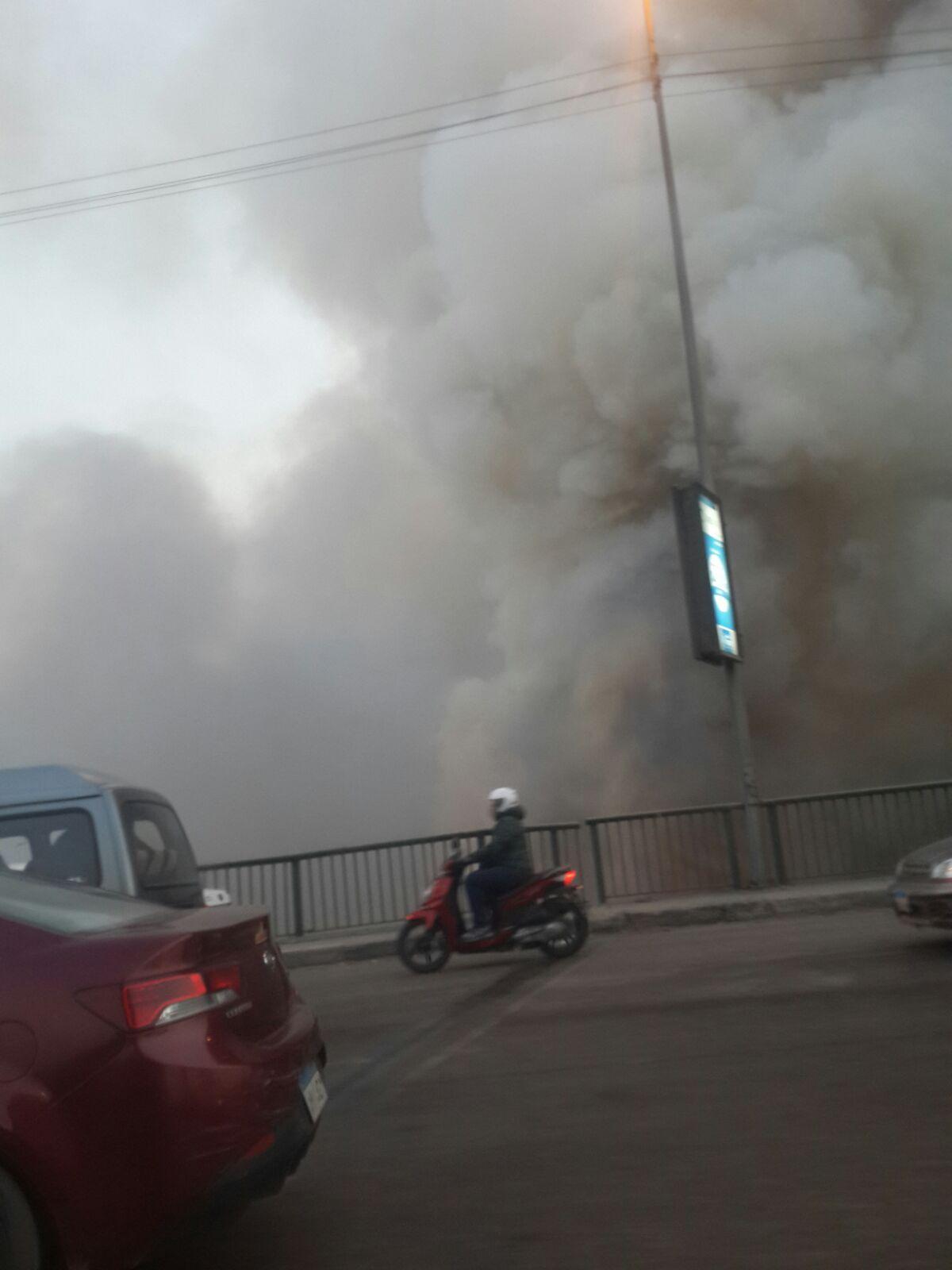 حريق على كورنيش المعادي أسفل الدائري.. وتصاعد سحب الدخان