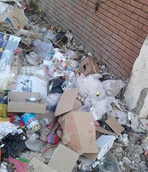 القمامة تحاصر مدرسة «كوم الفرج» بالبحيرة وسط غضب الأهالي