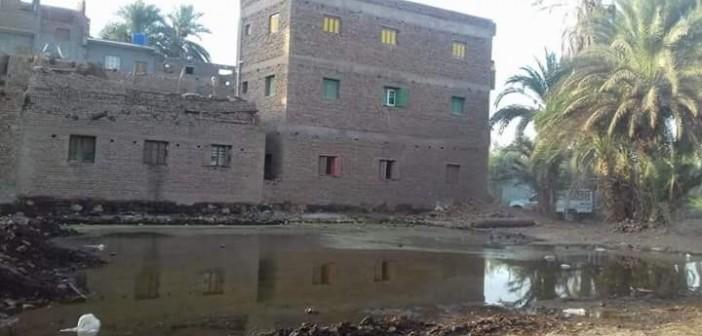 ارتفاع منسوب ترعة بإحدى قرى إسنا يهدد بيوتها ومصالحها الحكومية (صور)