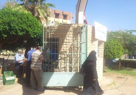«الداخلة»: مطالبات بنقل منفذ بيع السلع بالقرب من الكتلة السكنية (صور)