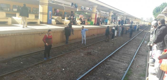 🚊 الزحام بمحطة طنطا يدفع الركاب لمواجهة القطارات عَ القضبان (صور)