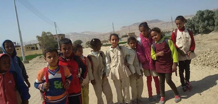 10 كيلومترات يوميًا.. مأساة طلاب «حاجز طوخ» للوصول إلى المدرسة (صور)