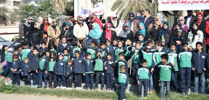 بالصور.. أولياء أمور وطلاب مدرسة يتظاهرون ضد غلقها أمام «ديوان البحيرة»