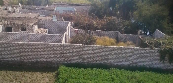 «الأميرية» بقنا برة الدنيا.. الصرف يهدد القرية ولا مستشفى ولا مدارس