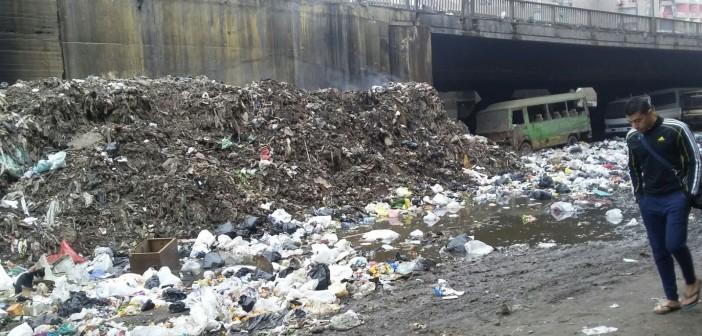 بالصور.. سلالم «الدائري» تذخر بمياه الصرف وتجمعات القمامة