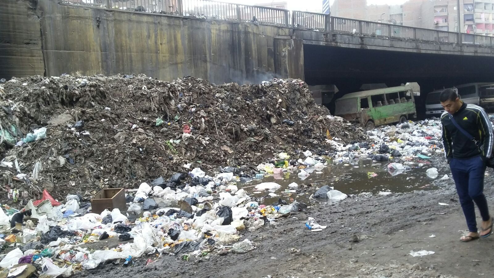 سلالم «الدائري» تذخر بتجمعات القمامة والمخلفات دون رفعها