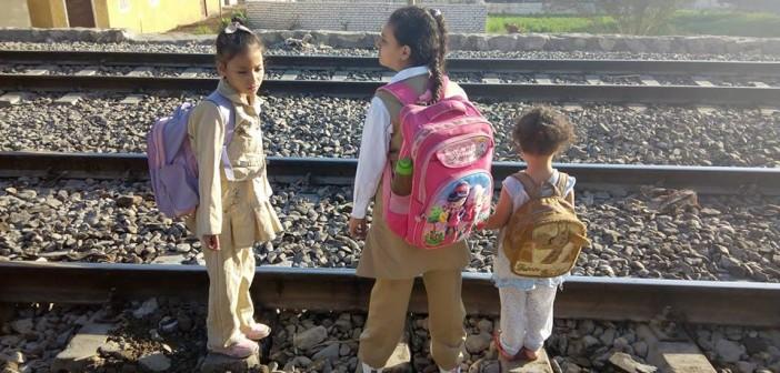 أهالي «نجع أبو خيرية» بقنا يطالبون بكوبري مشاه على خط السكة الحديد (صور)