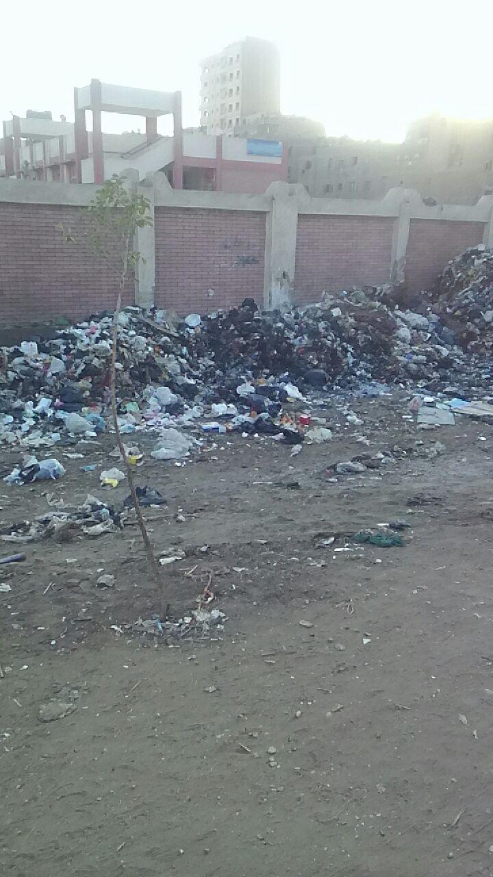 بالصور.. أكوام القمامة تحاصر مدرسة في منطقة مطار إمبابة