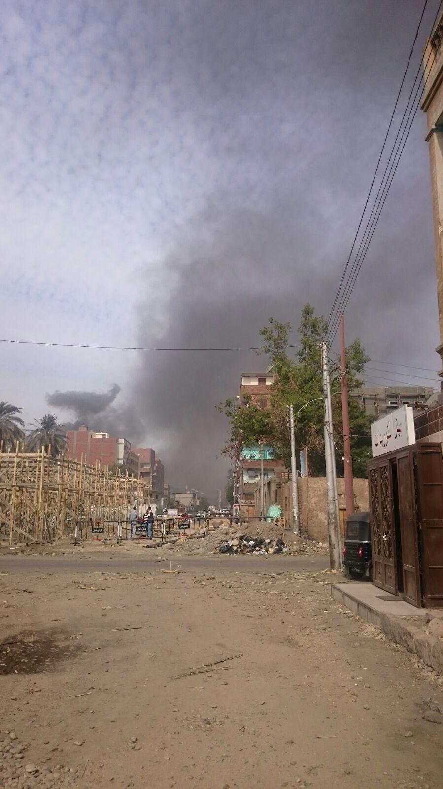 دخان سكر كوم إمبو يغطي سماءها.. ومواطن: «الطفل يخرج وردة منورة يرجع أسود»